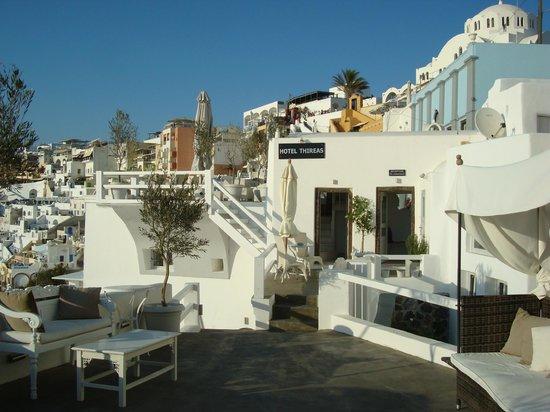 Hotel Thireas:                   Entrada al hotel