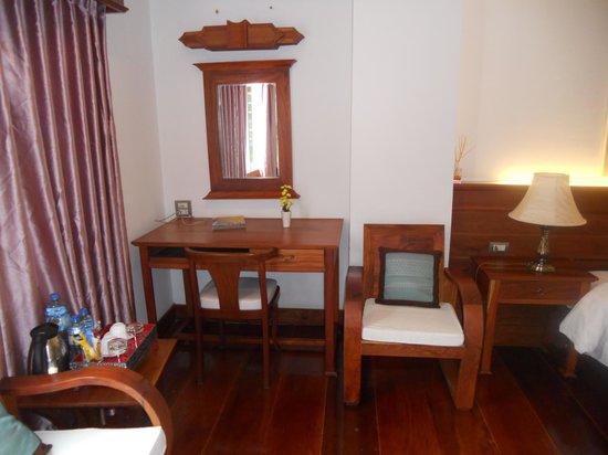 Chanthapanya Hotel :                   dotazione di ciabattine per la camera in stoffa ed in plastica per il bagno+ b