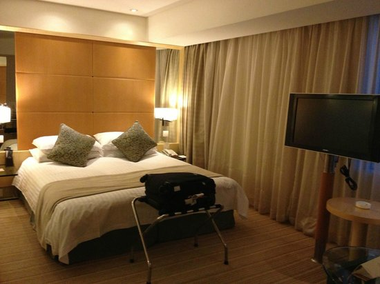 Jin Jiang Tower Hotel:                   Queen-size bed (Super Room 20th floor)