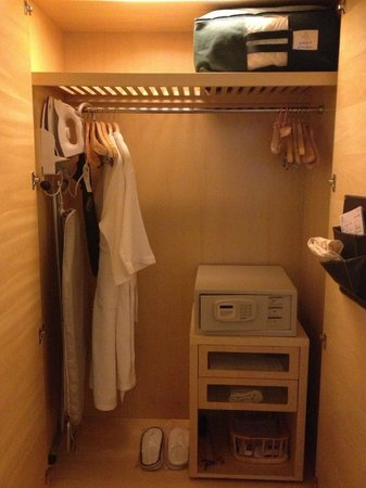 Jin Jiang Tower Hotel:                   Wardrobe (Super Room 20th floor)