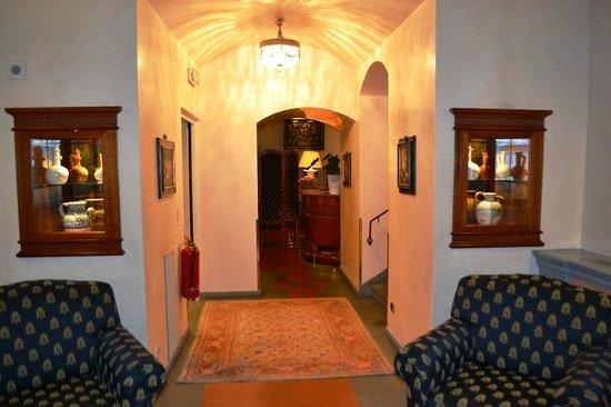 Hotel Degli Orafi:                   Foyer to breakfast room                 