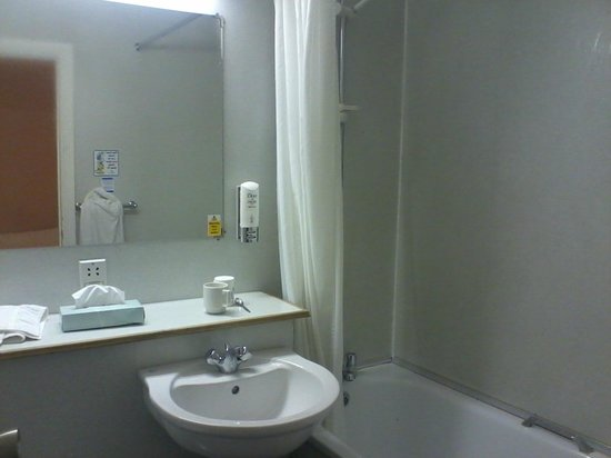 Gardens Hotel:                   Ensuite bathroom