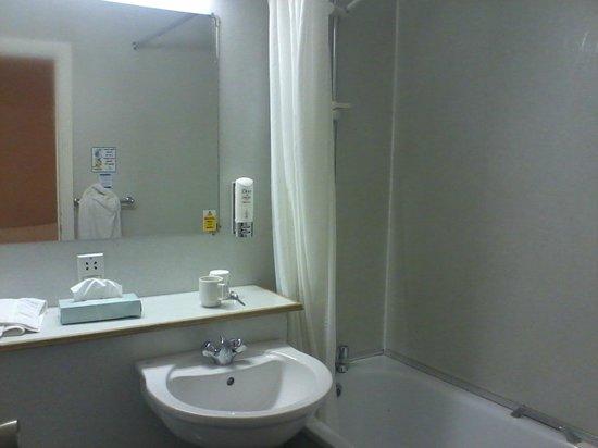 Gardens Hotel :                   Ensuite bathroom