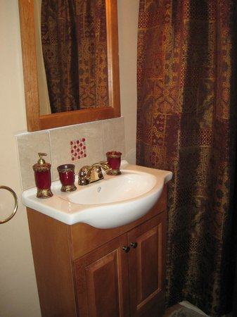 Rose Garden Bed and Breakfast: Asian Orchid Private Bathroom