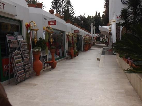 Club Hotel Sera :                   Les magasins exterieur