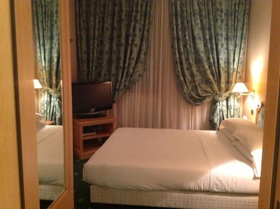 Royal Garden Hotel:                   bed