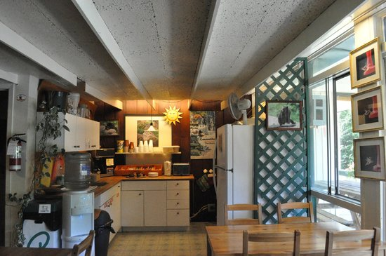 Hotel-Motel Le Boise Du Lac:                                     kitchen/breakfast space