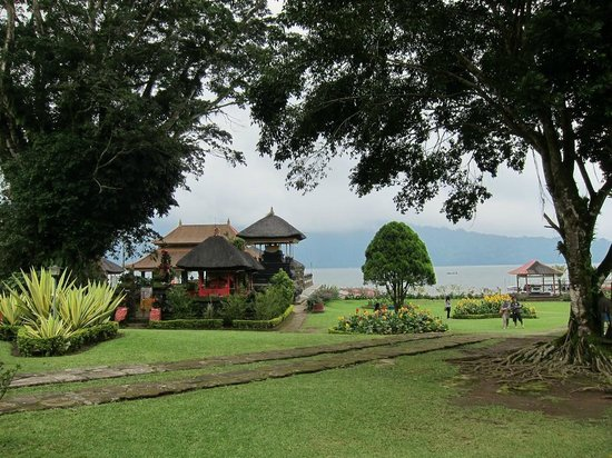Ulun Danu Temple:                   garden view to lake