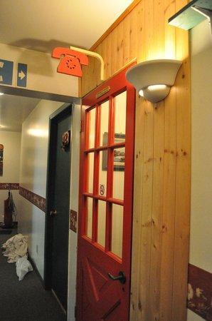 Hotel-Motel Le Boise Du Lac:                                     payphone