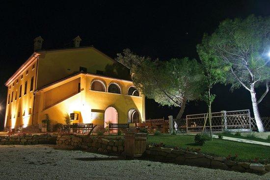 Vista della country house Salomone di notte