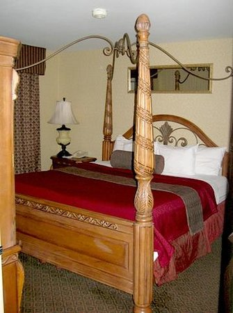 BEST WESTERN PLUS Trail Lodge Hotel & Suites:                   At least one of the king suites (with whirlpool) has a genuine four-poster bed