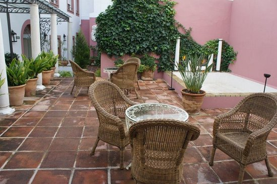 Apartamentos Las Cruces:                   Chilling area in the inner patio