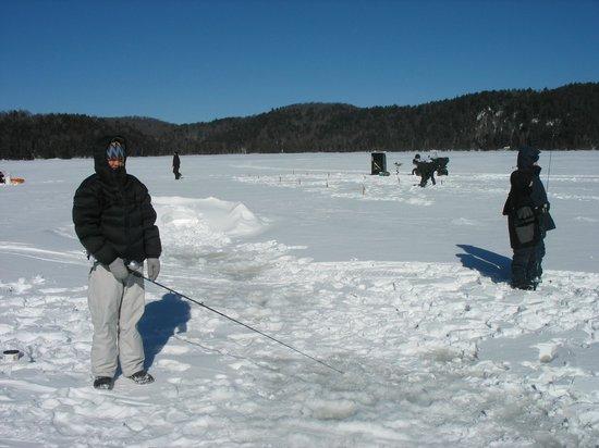 Duhamel, Canada:                                                                         Pêche blanche au Lac de