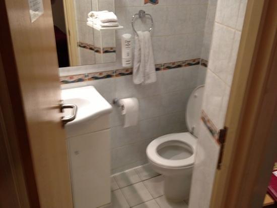 Comfort Inn Buckingham Palace Road:                   bagno di ampie dimensioni