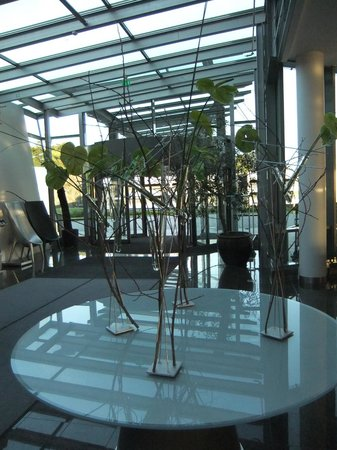 Clarion Hotel Bergen Airport: Lobby and dining area
