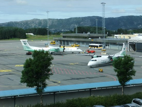 Clarion Hotel Bergen Airport: Corridor window on to the airport runway. It's not that busy!
