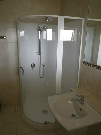 Pebble Beach Motor Inn: Shower