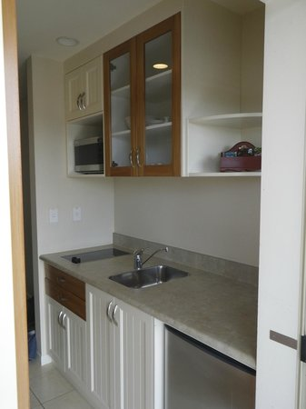 Pebble Beach Motor Inn: Kitchen area