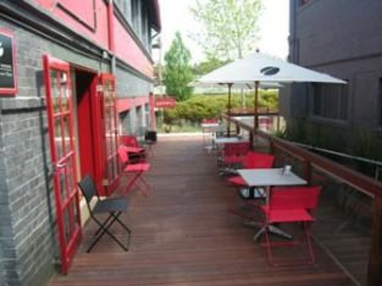 Milk Factory Gallery Cafe: outdoor seating