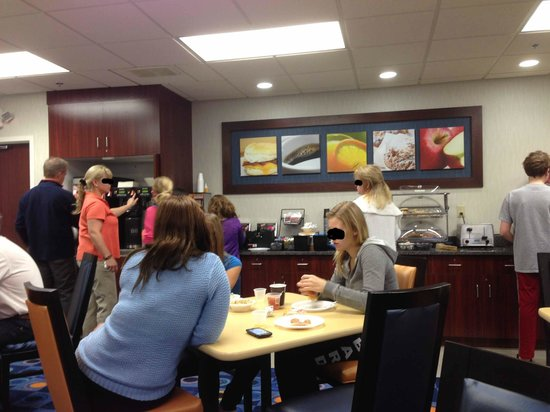 Fairfield Inn & Suites Lancaster: Breakfast area - very crowded.