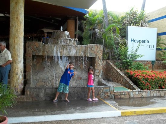 Hesperia Playa El Agua:                   Lobby horrendo y sucio