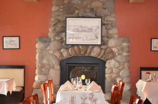 Camano Island Inn: Dining area with beautiful rock fireplace.