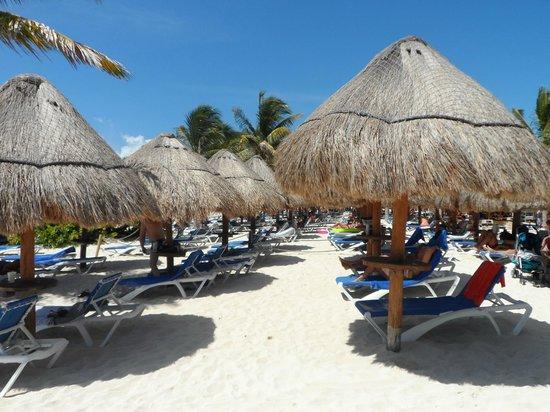 Grand Sunset Princess All Suites Resort: Main beach at hotel