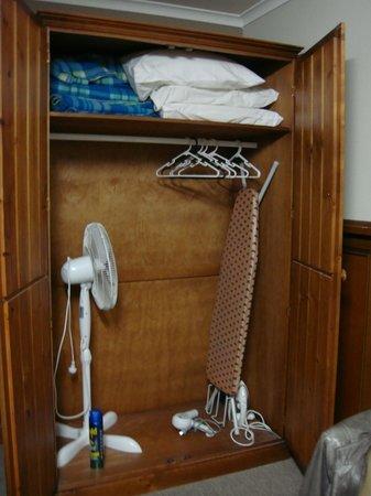 Robe Haven Motel: wardrobe