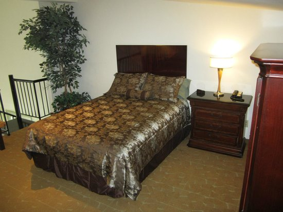 King Arthur's Steakhouse Brewpub & Suites: Suite 1 Loft bedroom