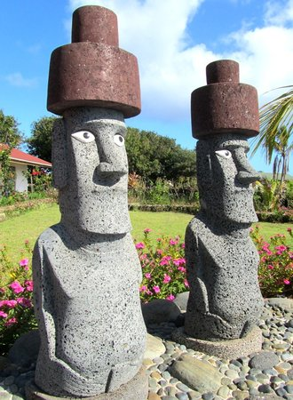‪‪Hotel Puku Vai‬: Stone Statues of the Pool of Hotel Puku Vai‬