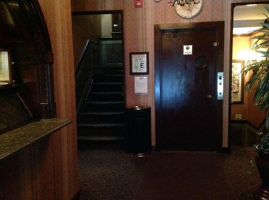 Hotel 17: Lobby