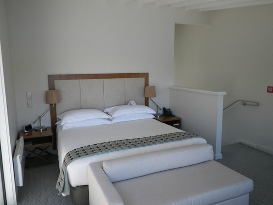 The Rees Hotel & Luxury Apartments: Nice comfortable bed