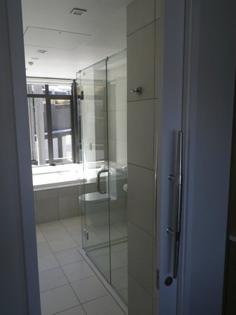 The Rees Hotel & Luxury Apartments: Bathroom with Spa