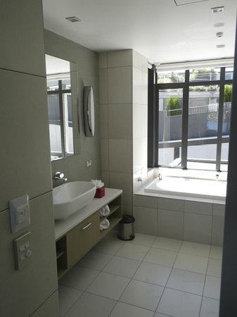 The Rees Hotel & Luxury Apartments: Bathroom