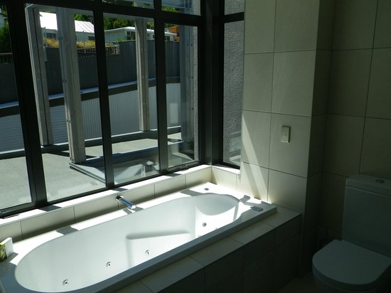The Rees Hotel & Luxury Apartments: Spa in bathroom