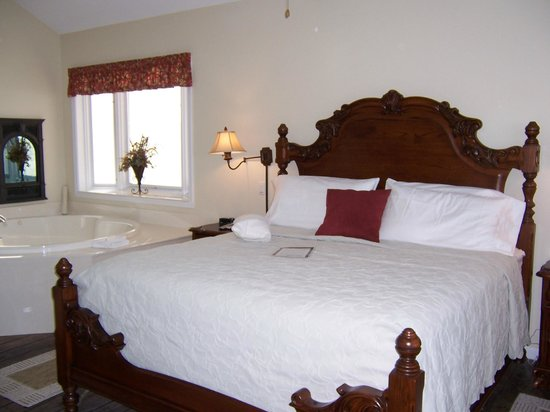 Hermann Hill Vineyard Inn & Spa and River Bluff Cottages: Bedroom and bay window over tub