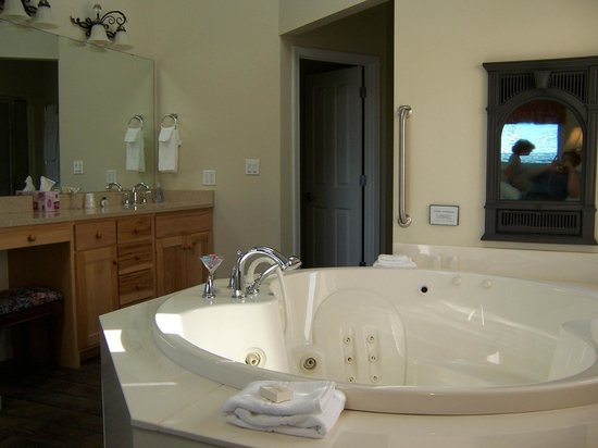 Hermann Hill Vineyard Inn & Spa and River Bluff Cottages: 2-person jacuzzi tub right off bedroom.  Note the aromatherapy fireplace over the tub.