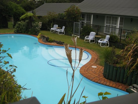 Ash Grove Motel:                   swimming pool-not heated but very beautiful landscape garden