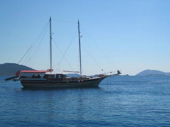 Ship next to us at anchor - Foto di Boat Trips by Captain Ergun, Kas - TripAd...