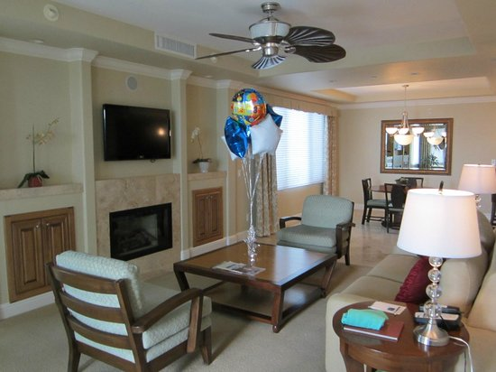 Dolphin Bay Resort & Spa: Living area with cozy seating