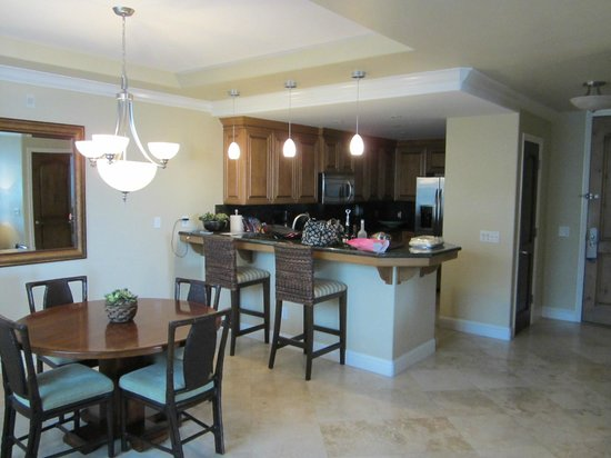 Dolphin Bay Resort & Spa: Dining area and full kitchen with all amenities
