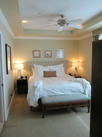 Dolphin Bay Resort & Spa: Bedroom with walk in closet
