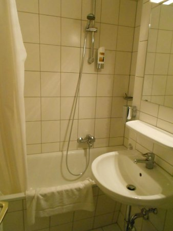 A&O München Hauptbahnhof: Bathroom