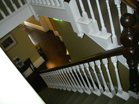 Clydesdale Manor: Stairs up from lobby