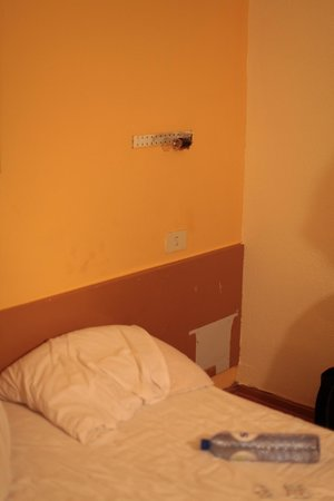 Hotel Mirabeau :                   Dirty wall and broken lamp