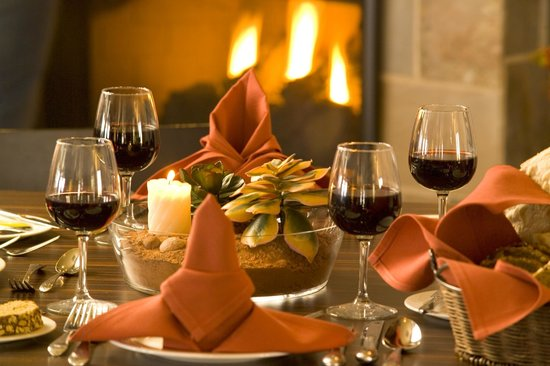 Canyon Breeze Restaurant: Two sided fireplace - beer and wine available.