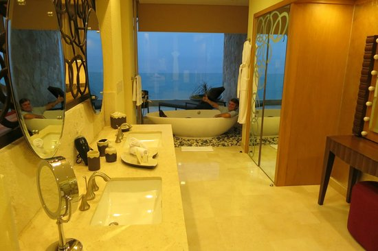 Garza Blanca Preserve, Resort & Spa:                   Bathroom with a view of the ocean- tower 4
