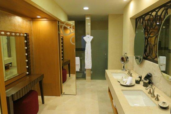 Garza Blanca Preserve, Resort & Spa:                   Bathroom- tower 4