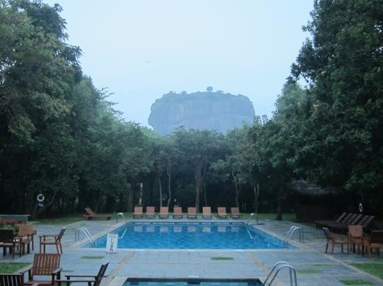 ‪هوتل سيجيريا:                   View of Lion's Rock from the hotel pool