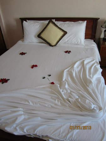 Holiday Diamond Hotel:                   bed with rose petals
